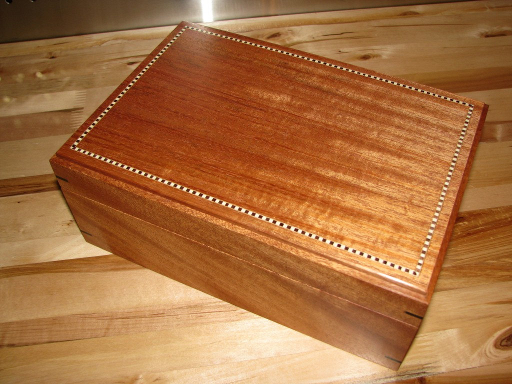 Heirloom Mahogany Keepsake Box with Inlay and Leather Lining. 10' x 7' x 4'